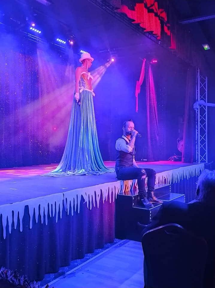 Chant Live et spectacle grandiose au cabaret la cour royale à côté de Toulon